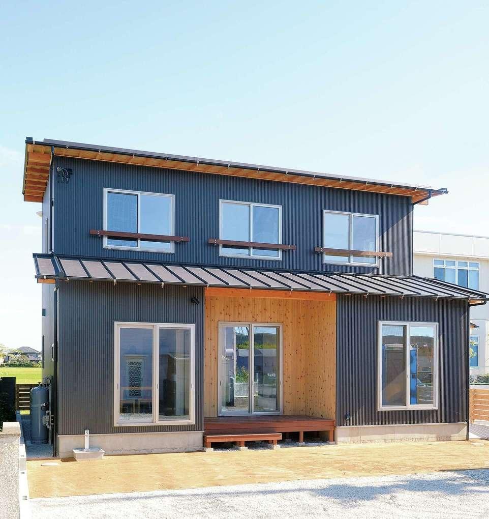 """Yamaguchi Design 【デザイン住宅、自然素材、省エネ】外壁はブラックガルバリウム、ウッドデッキ部分のみ米杉を採用。軒化粧した""""見せる軒""""が和を演出し、シンプルモダンながら味わい深い印象に"""