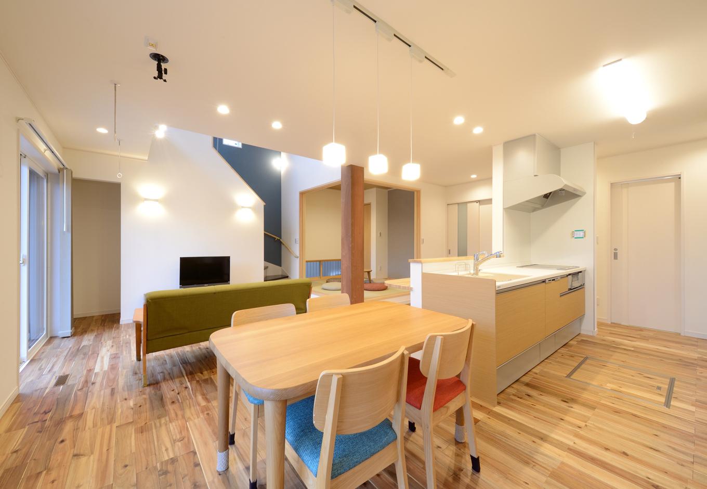 料理が大好きな奥さまのリクエストに応えて、1階はアイランドキッチンを起点としたオープンな間取りに。横にスライドして配膳できるダイニングテーブルは奥さまの家事時間を短縮する