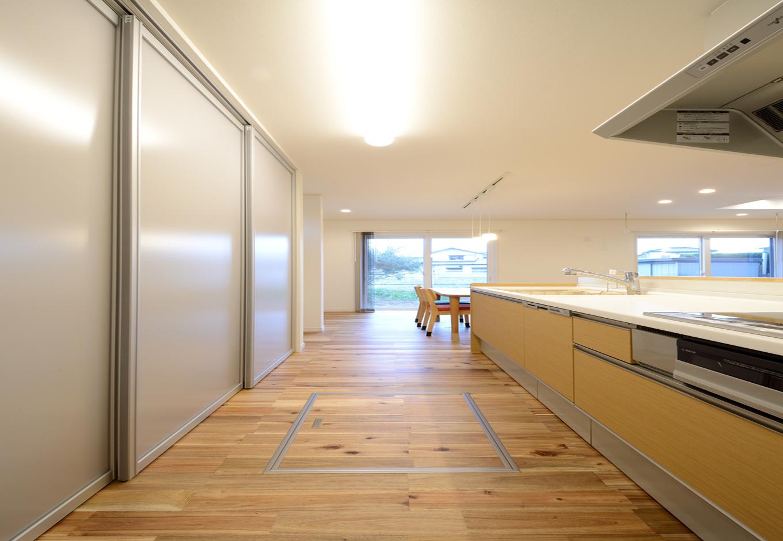 キッチンのバックヤードは半透明のアクリルで開閉でき、生活感を出さないように工夫した。不意の来客があってもサッと隠せて便利