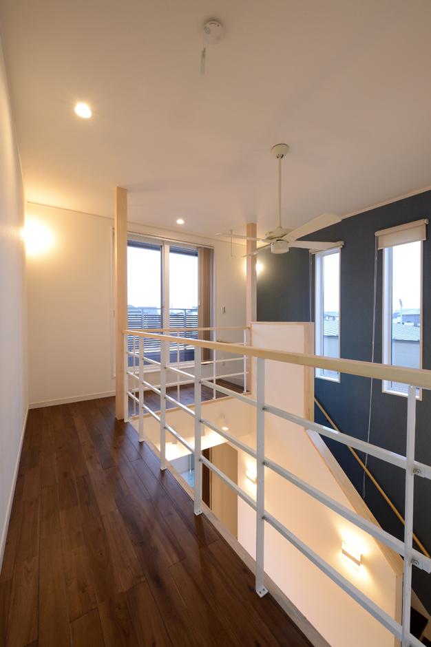 回廊を思わせる2階ホール。これだけの大空間でも高気密・高断熱設計及び吹き付け断熱材の効果で、ほとんど温度差がなく、冷暖房効率を逃さない。吹抜けを通して1階と2階のコミュニケーションもスムーズ