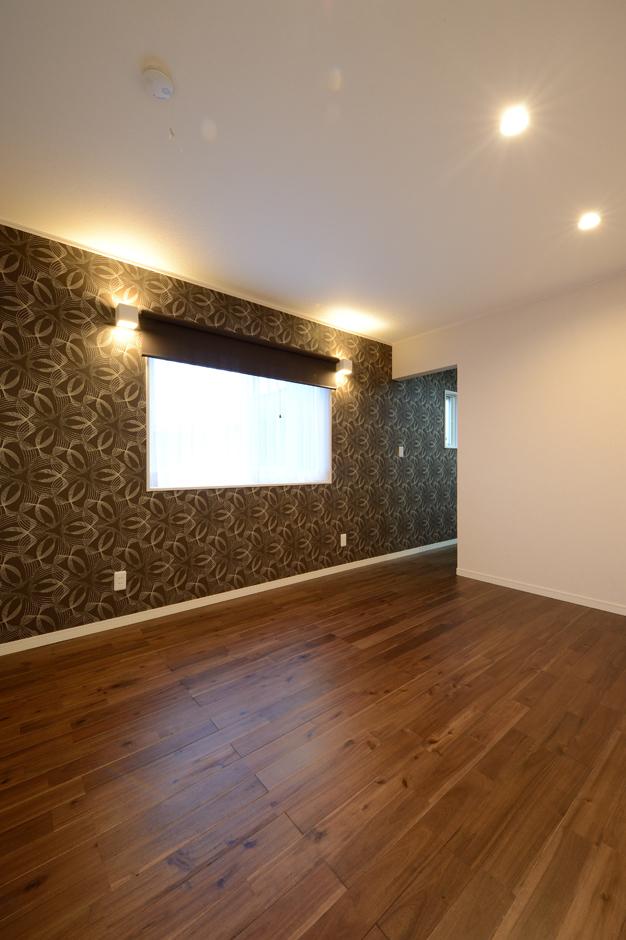 Yamaguchi Design 【デザイン住宅、収納力、間取り】主寝室は一面だけクロスの柄を変えてムーディーに演出。間接照明の陰影美もコーディネーターによって計算し尽くされている。床は無垢のアカシア材を使うことで、重厚感を出した