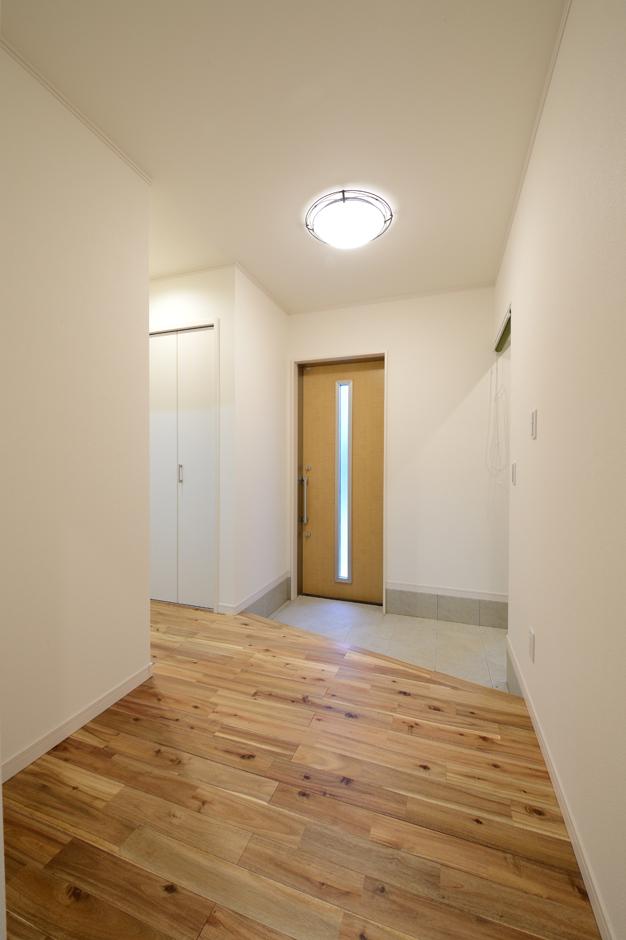 Yamaguchi Design 【デザイン住宅、収納力、間取り】北向きとは思えないほどの明るさを確保した玄関ホール。ドアを開けた瞬間から無垢の木特有のやさしい香りが漂う