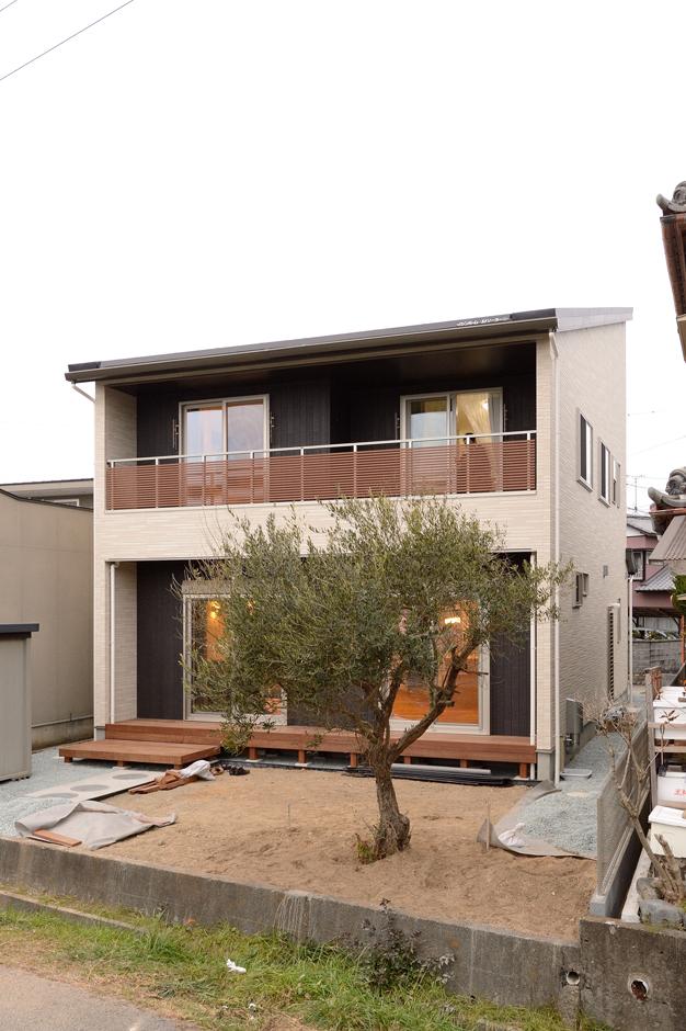Yamaguchi Design 【デザイン住宅、収納力、間取り】スタイリッシュなフォルムの外観デザインは、『Yamaguchi Design』の得意とするところ。片流れの屋根には12.3kWのソーラーパネルを搭載し、20年固定で売電できる。庭のシンボルツリーは、高級爪楊枝の材料となる落葉低木の「クロモジ」を植えた