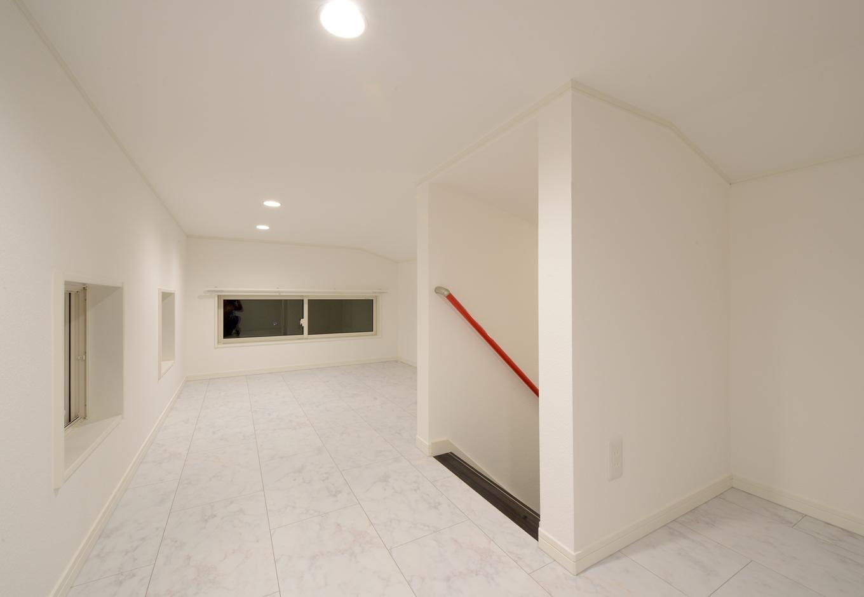 Yamaguchi Design 【デザイン住宅、収納力、間取り】階段で上がる小屋裏収納は、雛人形やアウトドアグッズなど、普段あまり使わない大きな物を収納。窓も多めにとり、湿気を防ぐ