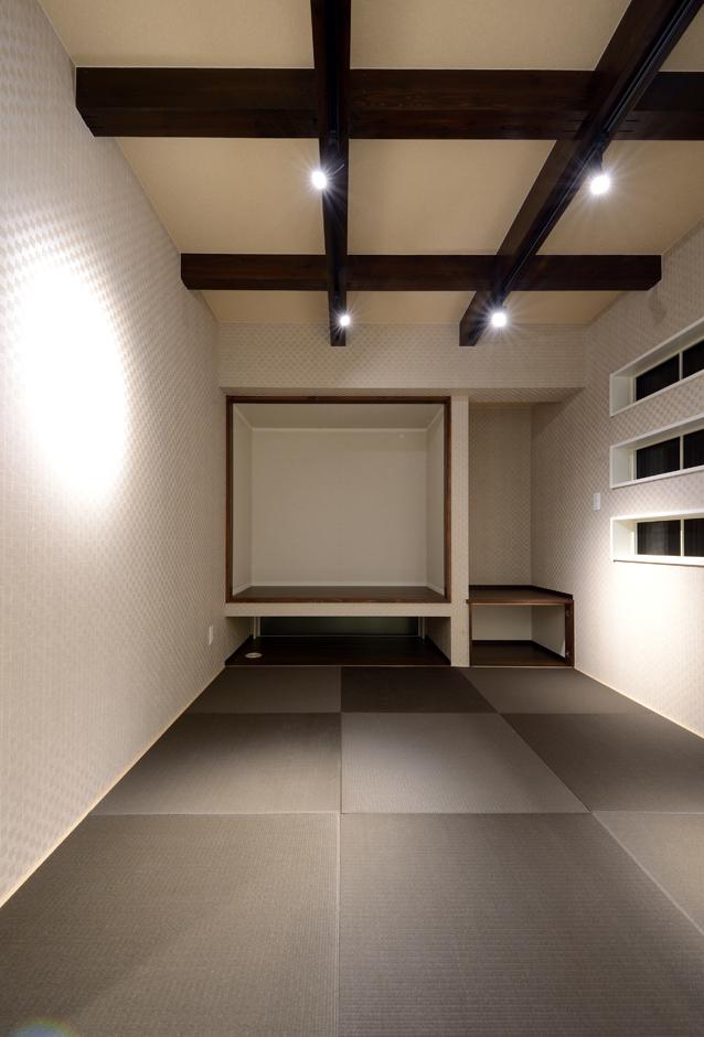 Yamaguchi Design 【デザイン住宅、収納力、間取り】リビングと併設した和室は現しの梁で古民家風に。客間として使うのはもちろん、雛人形を飾る晴れの舞台にもなる