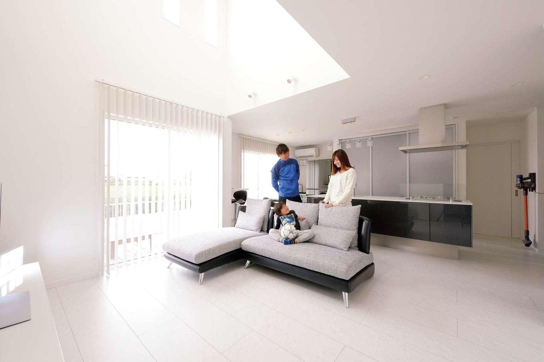 アイフルホーム 掛川店【デザイン住宅、子育て、間取り】細かな雑貨類はすべてキッチン背面収納に納め、床にもテーブルにも物を置かないルールに。スッキリ広いLDKは清々しい