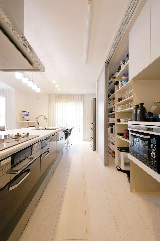 アイフルホーム 掛川店【デザイン住宅、子育て、間取り】LDKを美しく保つ秘密がキッチン背面の収納だ。扉を閉めると中身が見えない優れもの