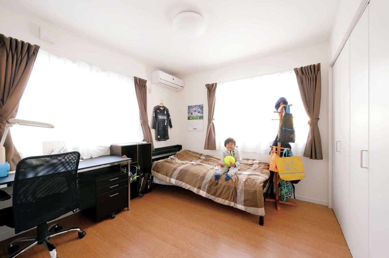 アイフルホーム 掛川店【デザイン住宅、子育て、間取り】お兄ちゃんの部屋は、ユニ フォームや選手の写真が飾られている