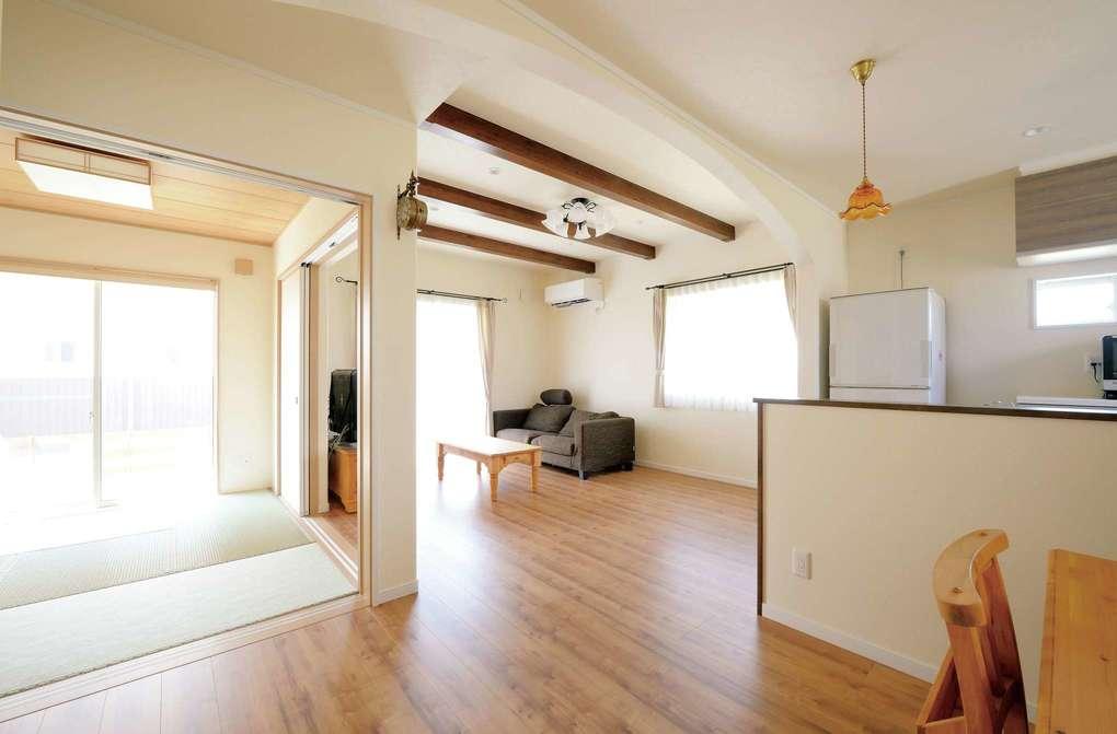 アイフルホーム 掛川店【デザイン住宅、子育て、輸入住宅】ダイニングキッチンとリビングを緩やかに空間分けするR壁。曲線が柔らかい印象を与えている