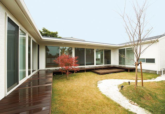 アイフルホーム 掛川店【デザイン住宅、高級住宅、平屋】情緒豊かな枯山水をイメージした広い中庭。四季折々の庭の風情を眺めることができる。日本建築伝統の深い軒と長い濡れ縁が住まう人の心を癒してくれる