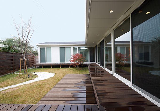 アイフルホーム 掛川店【デザイン住宅、高級住宅、平屋】いつでも気軽に光と風を楽しめる、縁側感覚のウッドデッキ