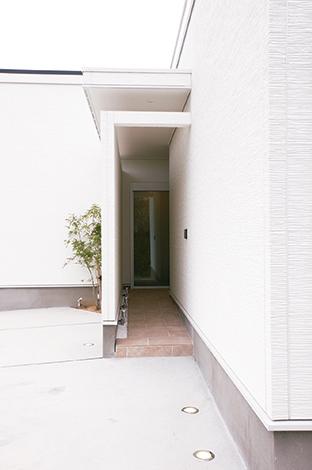 アイフルホーム 掛川店【デザイン住宅、高級住宅、平屋】路地をイ メージし落ち着いた印象のアプロー チに心が癒される