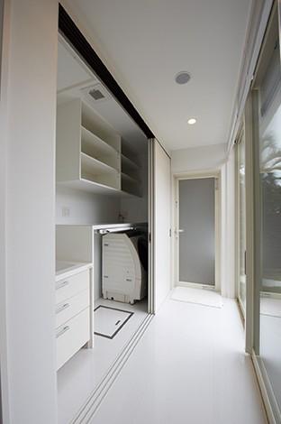 アイフルホーム 掛川店【デザイン住宅、高級住宅、平屋】洗面室は、不意の来客時に洗濯機や化粧台をさっと隠せるように引き戸を設けた
