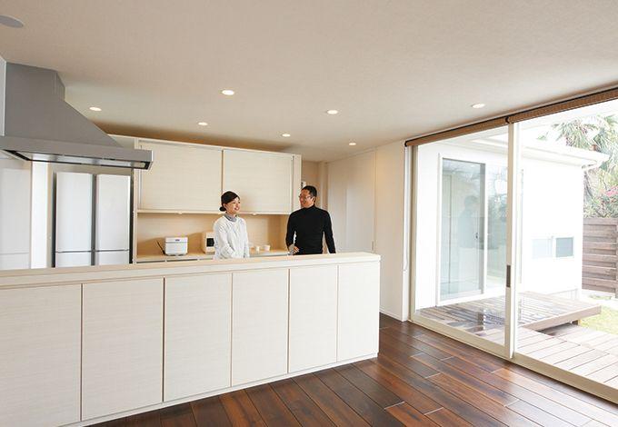 アイフルホーム 掛川店【デザイン住宅、高級住宅、平屋】華美な装飾を省き、木の質感を生かしたおしゃれなキッチン。背後に大容量の収納スペースがある