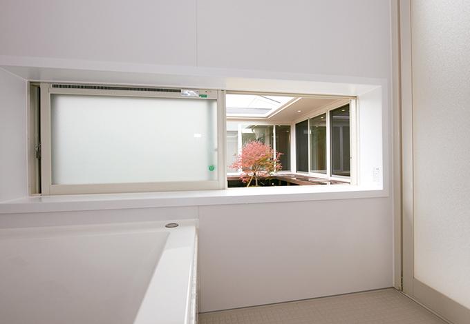 アイフルホーム 掛川店【デザイン住宅、高級住宅、平屋】湯船に浸かりながら、窓から紅葉や桜が見える贅沢な浴室