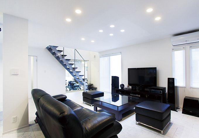 真っ白な空間に黒い家具が映えるリビングは、本当のおしゃれを知っているご夫妻ならではの感性