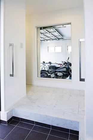 玄関ドアを開けると、いきなりガレージのバイクが目に飛び込んでくる