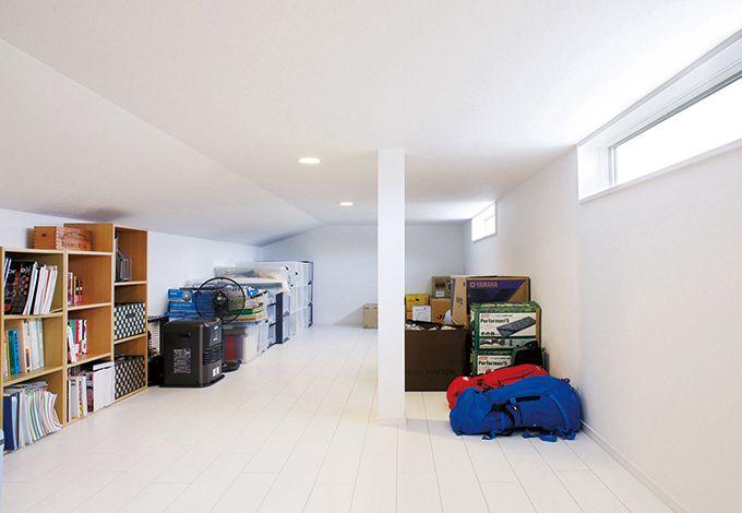 小屋裏は8坪のゆとりあるスペース。スリット窓から高台からの眺望も楽しめる