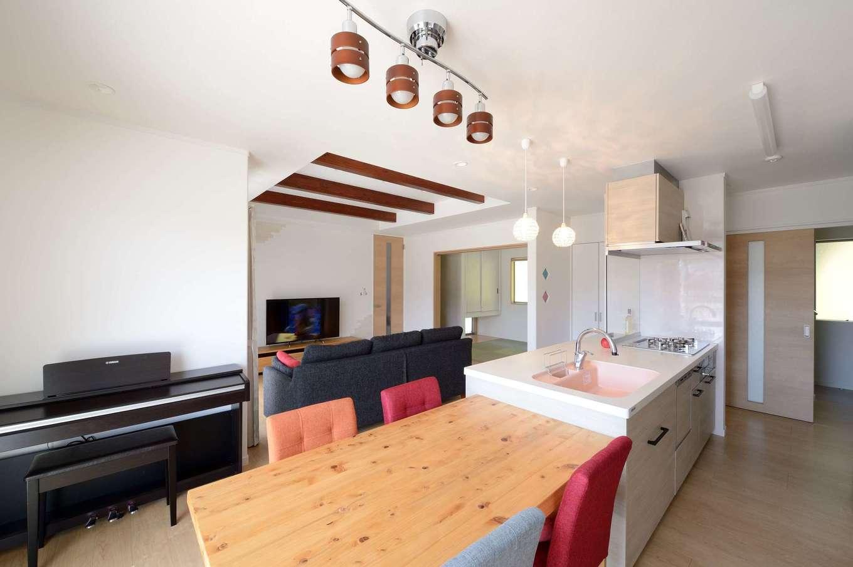 キッチンを中心に、ぐるぐると回遊できる間取りが奥さまの家事時間を短縮