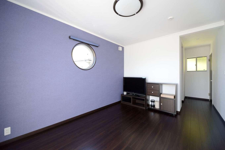 藤色のアクセントウォールが映える主寝室。床の色を濃くして、リラック効果を高める