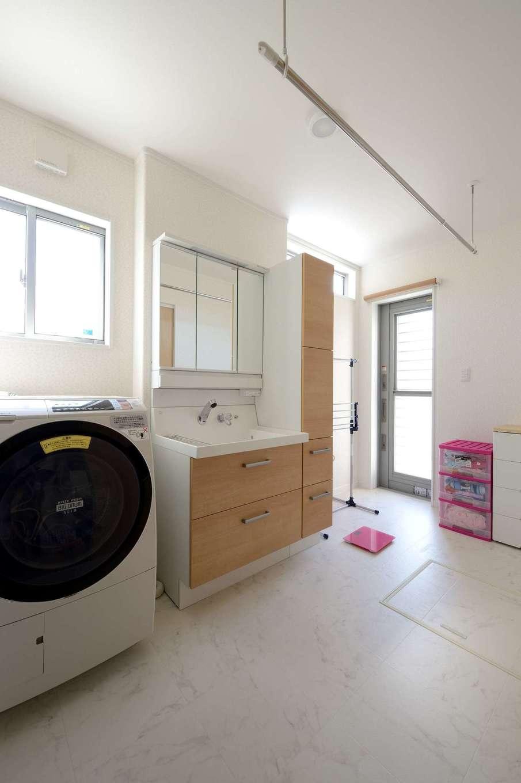 キッチンのバックヤードに設けた広〜いランドリールーム。サーフィンから帰ってきたご主人は勝手口から中に入り、ウエットスーツを洗濯機に放り込んでそのまま浴室へ。