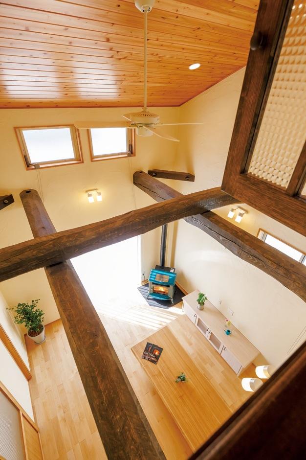 エコハウジング【収納力、自然素材、間取り】白い壁は、調湿・消臭効果の高い珪藻土に漆喰を合わせたもの。ペレットストーブ1台で、家中がぽかぽか暖かい。どの部屋にいても無垢の木のあたたかみを感じられる