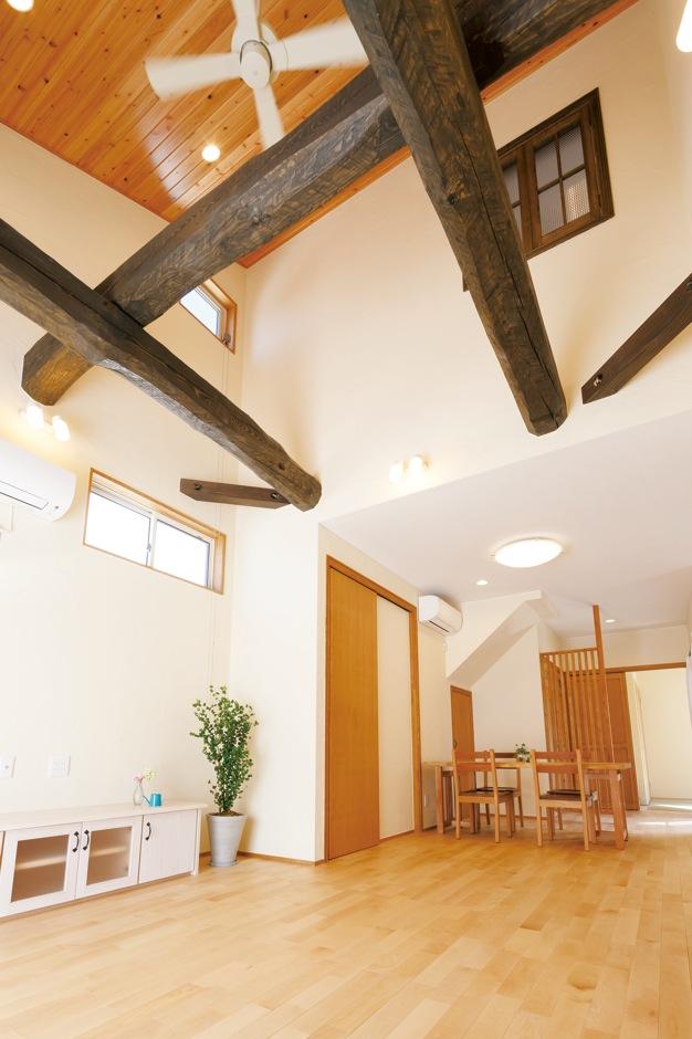 エコハウジング【収納力、自然素材、間取り】開放感あふれる吹抜けのリビング。太い梁は、地松にエイジング加工を施し、古材っぽく演出。天井は杉板、床はカバザクラ