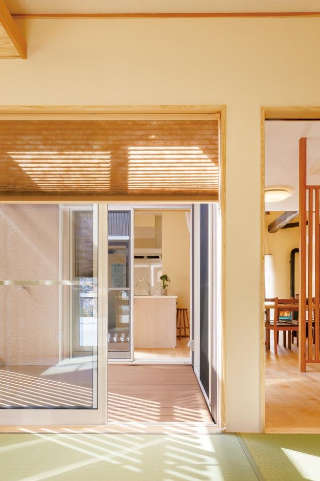 エコハウジング【収納力、自然素材、間取り】テラスを望む和室は客間、ゲストの寝室として活用。和紙、間接照明の使い方も参考になる