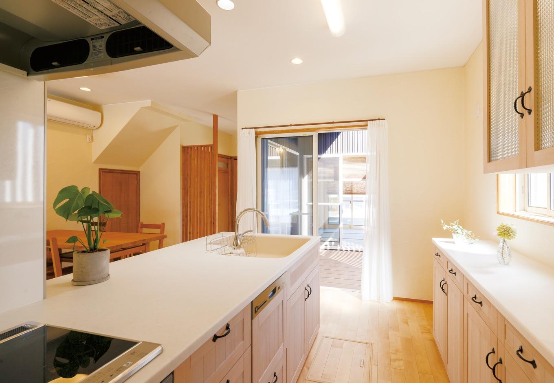 エコハウジング【収納力、自然素材、間取り】オリジナルのキッチンと食器棚。女性に人気のチェッカーガラスやアイアンの取手を採用し、自然塗料でプチカントリーっぽく仕上げた