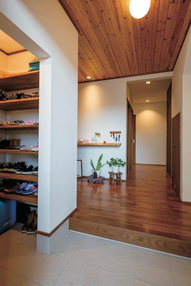 エコハウジング【省エネ、間取り、インテリア】ゆったりとした玄関ホールは収納も充実。レトロっぽい引戸はヒノ キで造作