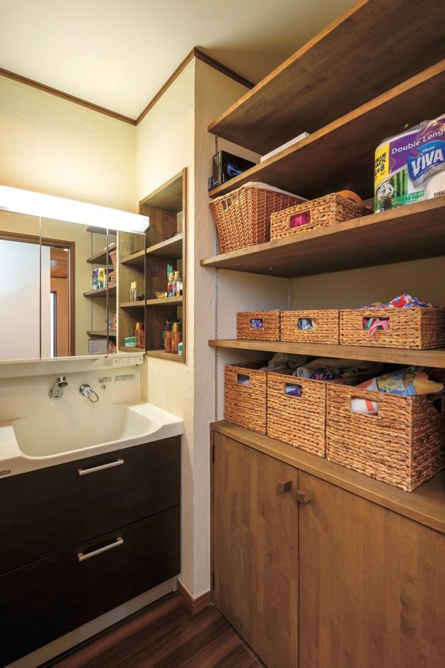 エコハウジング【省エネ、間取り、インテリア】お風呂上がりにうろうろしなくても済むよう、洗面脱衣所に家族全員のパジャマや下着が入る収納棚を造作