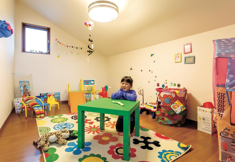 エコハウジング【省エネ、間取り、インテリア】勾配屋根のデッドスペースを上手に活かした子どもたちのプレイルーム