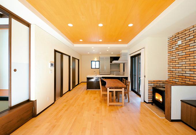 エコハウジング【収納力、省エネ】LDKの床はカバザクラ、天井は杉板を使用。壁 は下地の珪藻土に漆喰を塗って調湿効果抜群