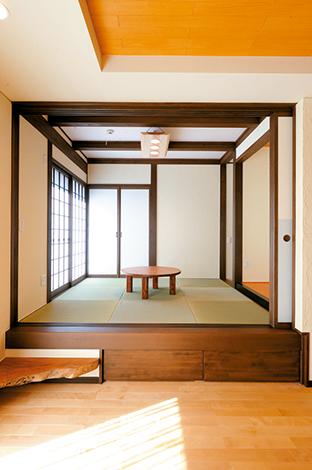 エコハウジング【収納力、省エネ】天井と襖は和紙、 小上がり部分は収納。手造りの照明器具も素敵
