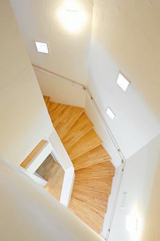 エコハウジング【収納力、省エネ】八角形 の壁のフォルムがおしゃれな螺旋階段