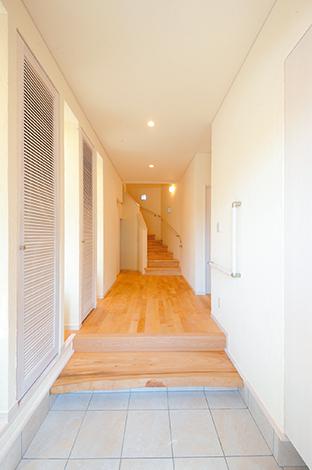 エコハウジング【収納力、省エネ】クスノキの一枚板が印象的な 玄関。左右に収納がたっぷり