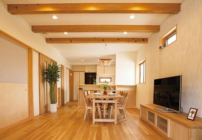 エコハウジング【デザイン住宅、自然素材、省エネ】壁は珪藻土の上に漆喰を塗り、調湿効果はもちろん触っても白くならない配慮を