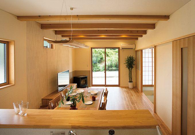 エコハウジング【デザイン住宅、自然素材、省エネ】LDKは奥さまの意見を最重視。夢だったホームパーティも余裕の広さに大満足。奥のペレットストーブは旦那様のこだわり。冬になるのが今から楽しみ