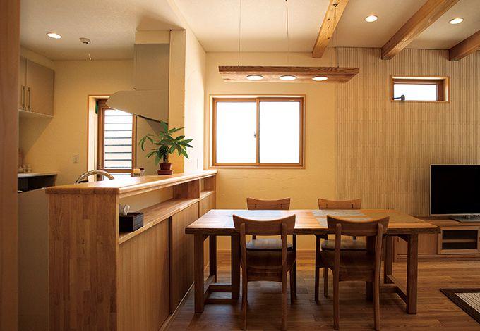 エコハウジング【デザイン住宅、自然素材、省エネ】キッチンのカウンター収納は大工さんの手作り。食器の数、大きさに合わせて奥行きのサイズが決められた。杉を使った手作りの照明器具も素敵