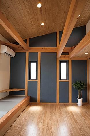 エコハウジング【デザイン住宅、自然素材、省エネ】壁の色を青くし、バルコニーへ出るサッシの高さを合わせるために畳コーナー設置するなど、すみずみまでこだわりがいきわたる