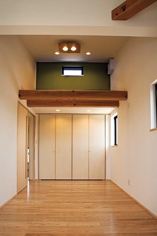 エコハウジング【デザイン住宅、自然素材、省エネ】共用のフリースペースは壁の色を緑に。将来的には間仕切りも可能