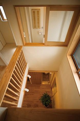 エコハウジング【デザイン住宅、自然素材、省エネ】1~3階をつなぐ高い吹き抜け。北側に窓を多用し、各階のホールに十分な明るさを確保