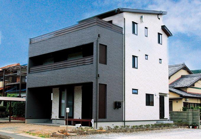 エコハウジング【デザイン住宅、自然素材、省エネ】無垢材を使用した木造3階建ては、軸組に金物を使った在来工法+プロウッド工法で実現。3 階の広いバルコニーでバーベキューをするのが夢