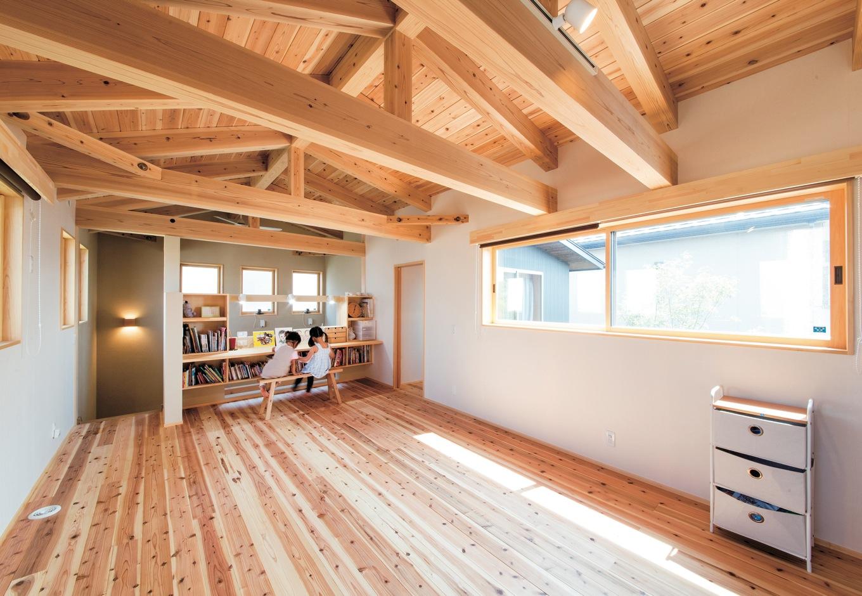 フレキシブルに可変できる2階は杉板の床を採用。将来的に間仕切りしても、勉強はいつも造作のカウンターで