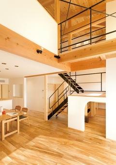 20 代の夫婦が叶えた つながり感のある木の家