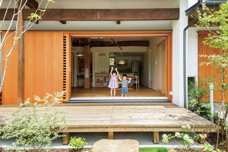 ぴたはうす 安食建設【子育て、省エネ、間取り】木製窓を全開にすると外と中がつながり、より開放的な空間に。格子の網戸を閉めても情がある
