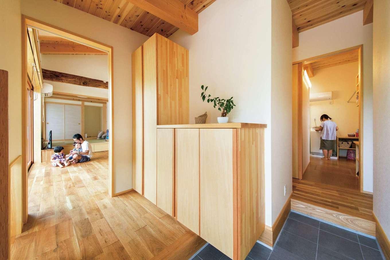 ぴたはうす 安食建設【子育て、省エネ、間取り】玄関から洗面脱衣所、浴室、そしてLDKへと回遊できる便利な動線は、子育てママの家事時間を短縮してくれる