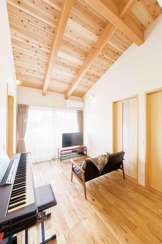 ぴたはうす 安食建設【自然素材、省エネ、スキップフロア】2階のフリースペース。気密性が高く、ピアノの音も漏れにくい