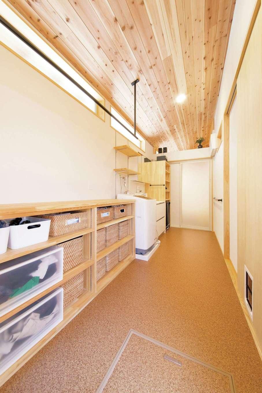 ぴたはうす 安食建設【自然素材、省エネ、スキップフロア】広い洗面脱衣室。お風呂上がりに着替えられるよう大容量の収納棚を造作