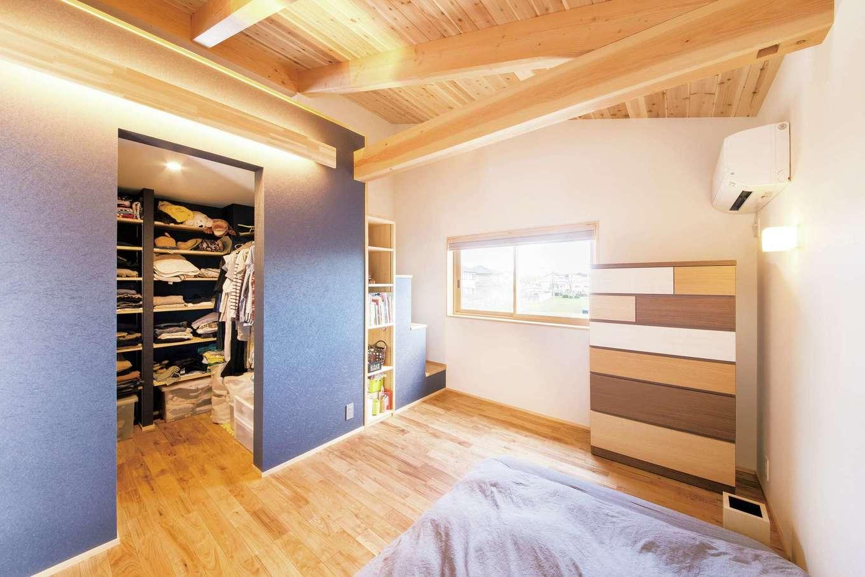 ぴたはうす 安食建設【自然素材、省エネ、スキップフロア】主寝室のウォークインクローゼットの脇から階段を上がって小屋裏収納へ